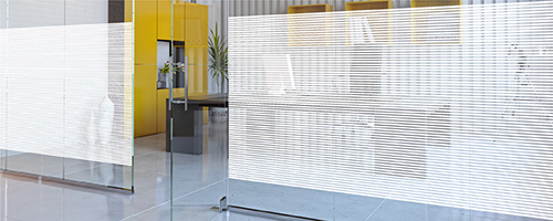 Linea 10 The Linea 10 decorative film allows you to effectively personalise your windows and glass partitions. It features a pattern composed of white 10 mm bands arranged horizontally and separated by 4 mm clear aspect bands.